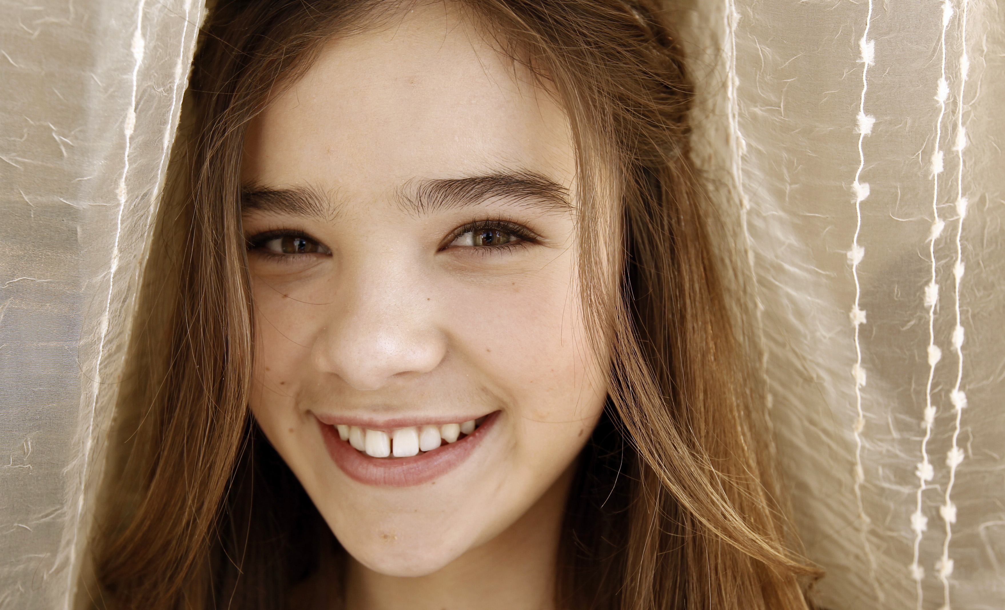 hailee steinfeld face smile wallpaper background 189
