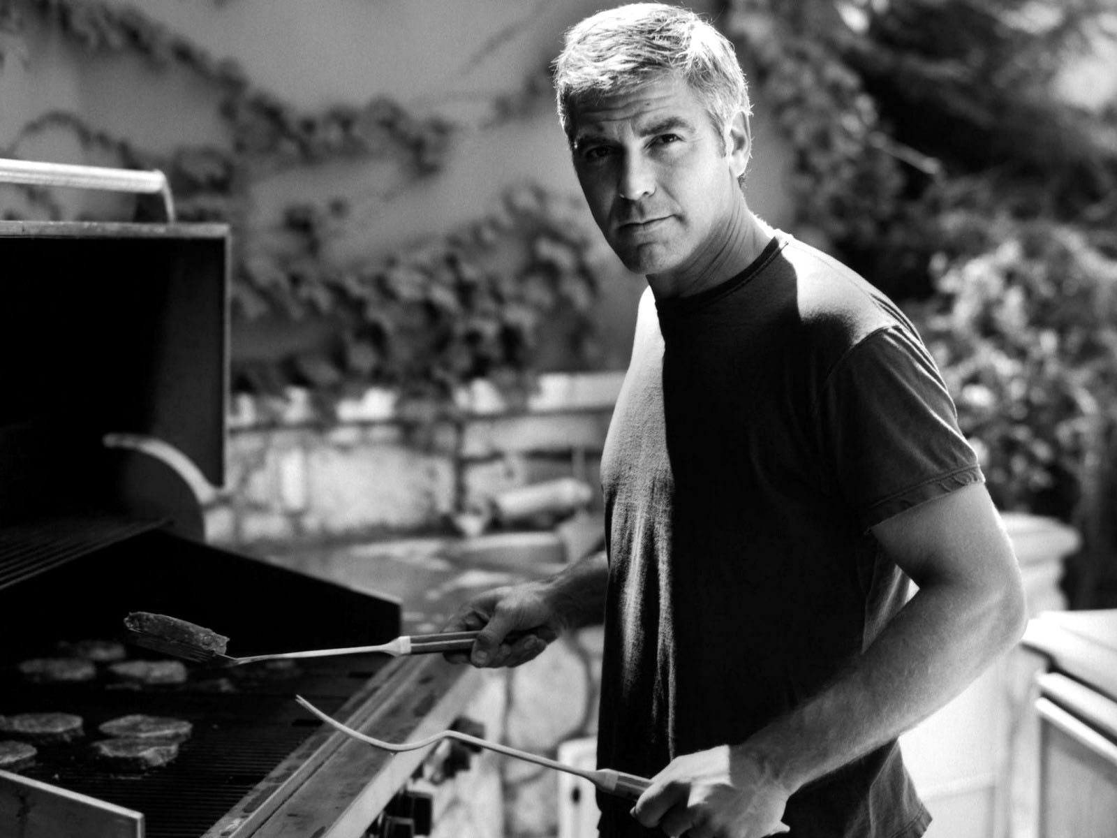 george clooney making barbecue desktop wallpaper 1063